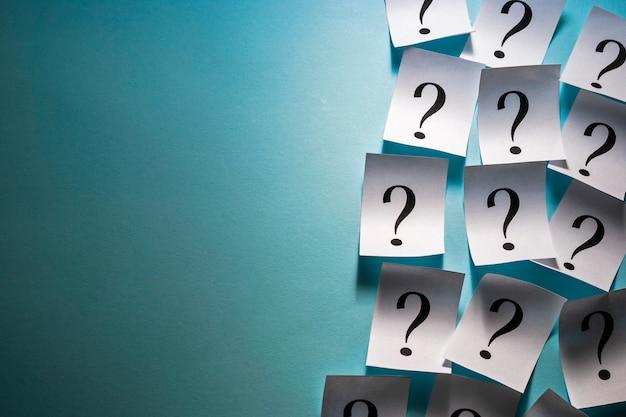 Borde lateral de filas de signos de interrogación impresos
