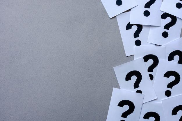 Borde lateral de los signos de interrogación de la impresora en papel