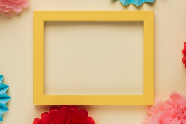 Borde de madera amarillo marco de fotos con flores decoradas de origami