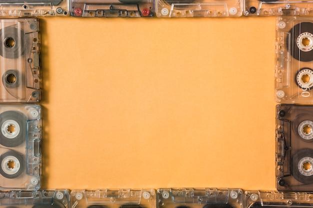 Borde del marco hecho con cintas de cassette transparentes sobre fondo de color