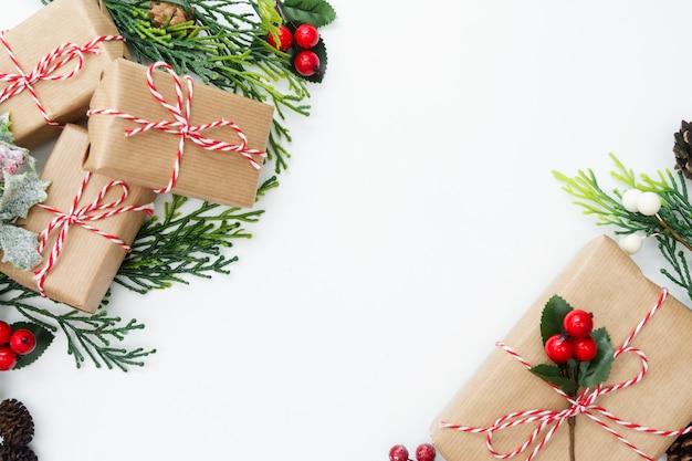 Borde de navidad con cajas de regalo y decoraciones de invierno. copia espacio