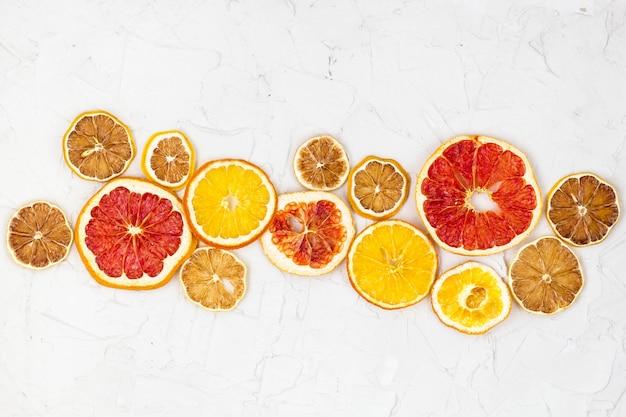 Borde de rodajas secas de varios cítricos. pomelo naranja limón con copyspace