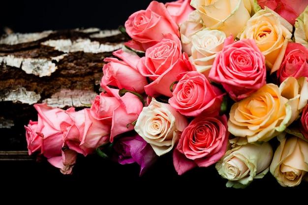 Borde de rosas rosadas y beige de lujo sobre fondo negro