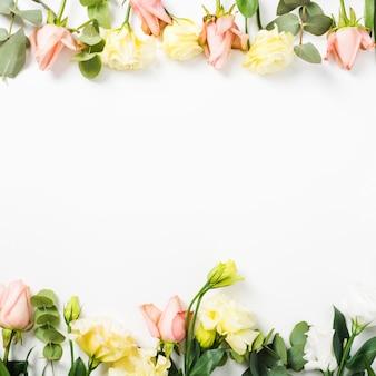 Borde superior e inferior hecho con flores sobre fondo blanco