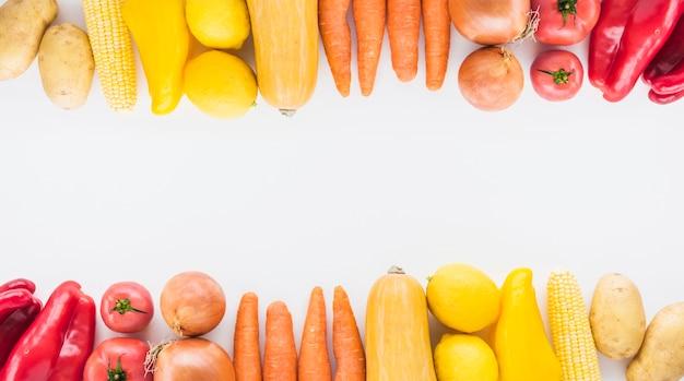 Borde superior e inferior hecho con verduras sobre fondo blanco