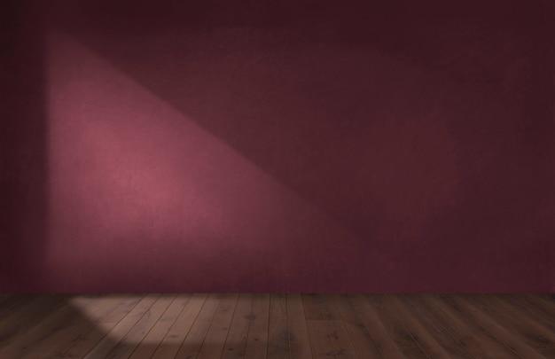 Borgoña pared roja en una habitación vacía con un suelo de madera