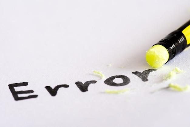 Borre la palabra error con un concepto de goma de eliminar el error, error.