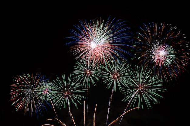 Borrosa año nuevo coloridos fuegos artificiales en el cielo negro celebración