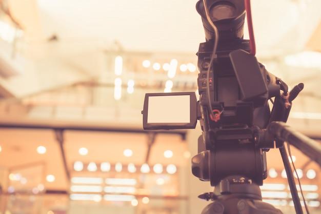 Borrosa de la cámara de video grabando filmación de la gran inauguración en la sala de conferencias.