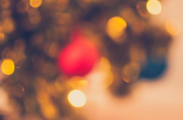 Borrosa luces de navidad y bola de navidad de fondo