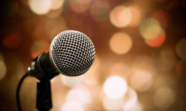 Borrosa de micrófonos en la sala de seminarios, hablando en conferencia