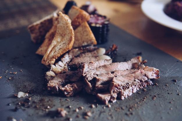 Borrosa rosbif, maíz, pan servido sobre la mesa.