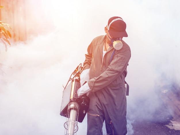 Borrosa del trabajo del hombre empañándose para eliminar el mosquito.