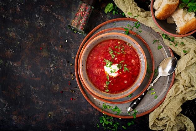 Borscht ruso ucraniano tradicional con carne de vaca en el tazón de fuente. vista superior