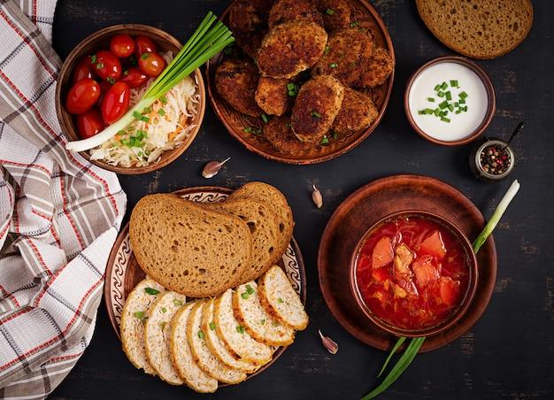 Borscht ruso ucraniano tradicional o sopa roja con jugosas y deliciosas chuletas de carne