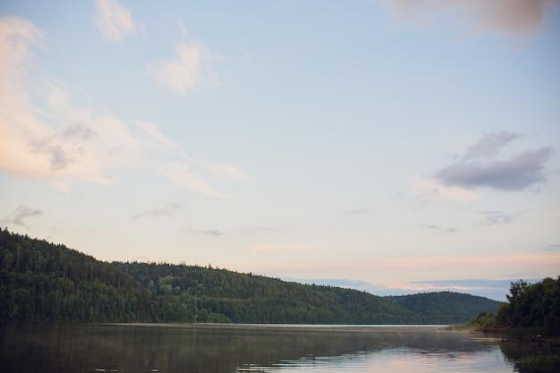 Bosque río puesta de sol. hermoso paisaje de verano