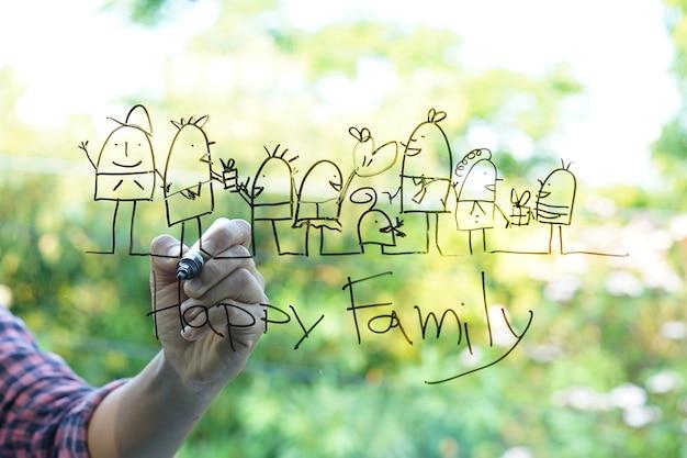 Dé los bosquejos del dibujo de la familia feliz en el fondo verde de cristal del bokeh.