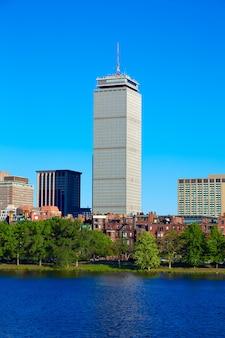 Boston desde el puente de harvard en el río charles