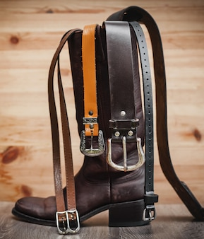 Botas de cuero y cinturones