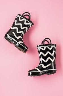 Botas de goma en blanco y negro o botas de jardinería