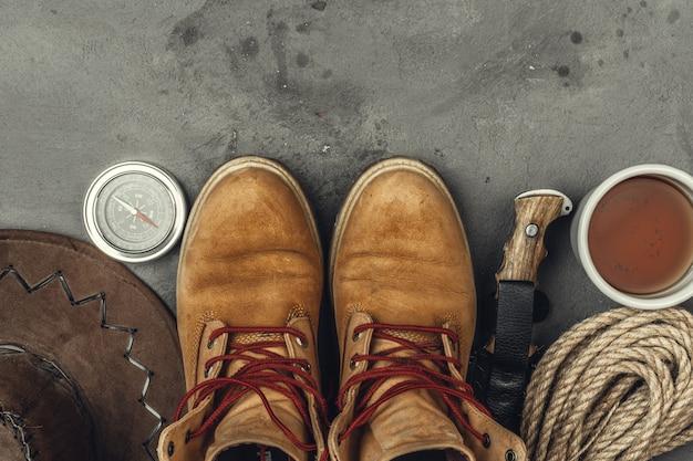Botas de montaña, brújula y cuchillo. senderismo equipo al aire libre