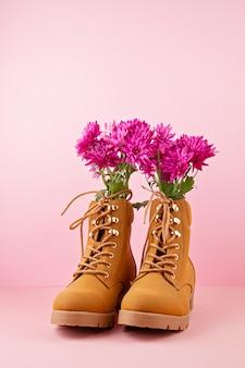 Botas de montaña con flores rosadas en el interior.