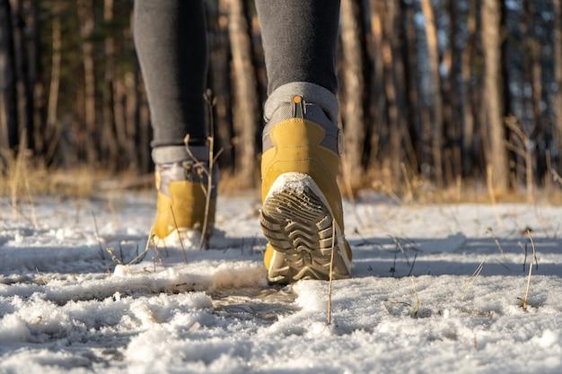 Botas de mujer cálidas para caminatas en la nieve en invierno. de cerca