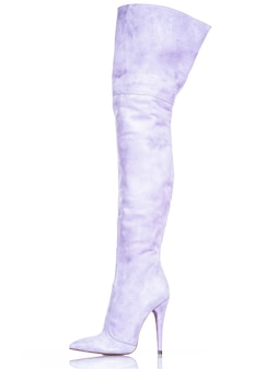 Botas de mujer de moda aisladas sobre fondo blanco. hermosas botas de mujer altas moradas. lujo.