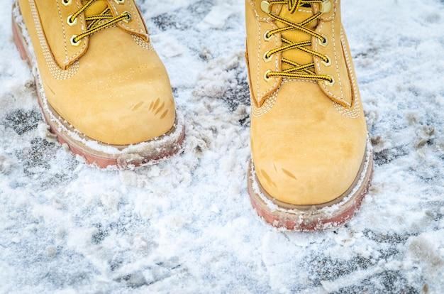 Botas nobuck amarillas en la nieve.