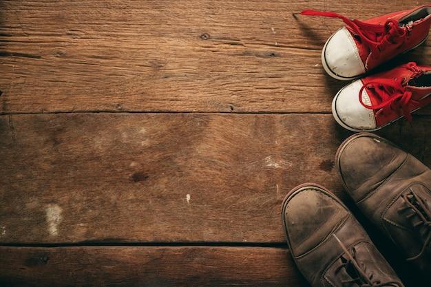 Botas de papá y zapatos de bebé, concepto del día del padre.