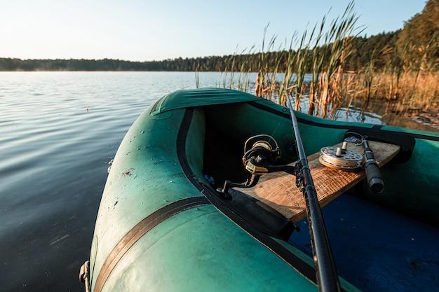 Bote inflable en el lago al amanecer vacaciones de pesca hobby