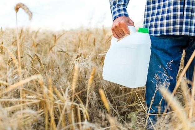 Bote de insecticida en un campo de trigo