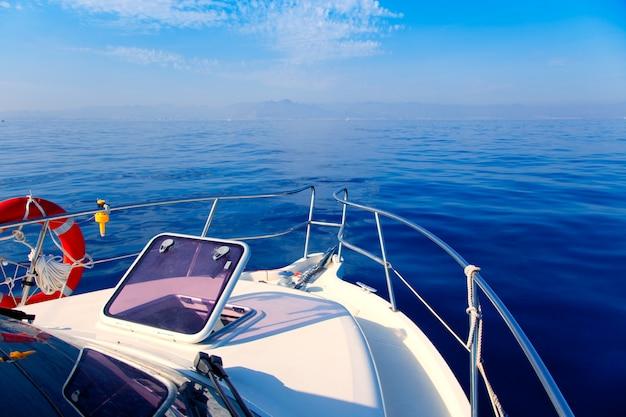 Bote de mar azul navegando con portilla abierta.