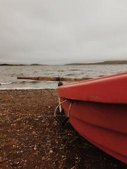 Bote de remos solitario en la orilla