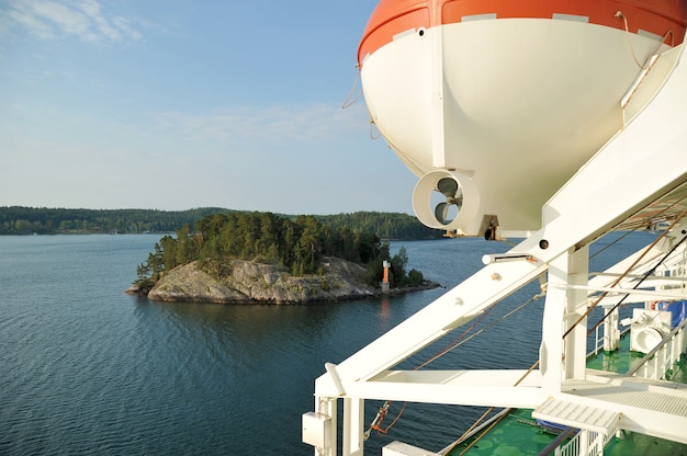 Bote salvavidas en un crucero navegando