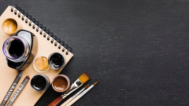 Bote de tinta de vista superior en el espacio de copia de bloc de notas