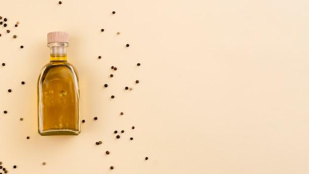 Botella de aceite de aceitunas planas con espacio de copia