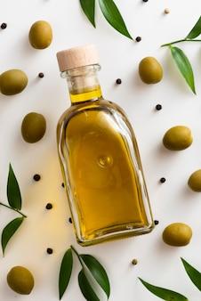 Botella de aceite de aceitunas de primer plano en la mesa