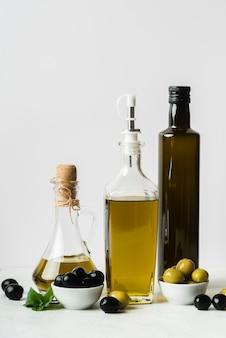 Botella de aceite de oliva y aceitunas orgánicas.