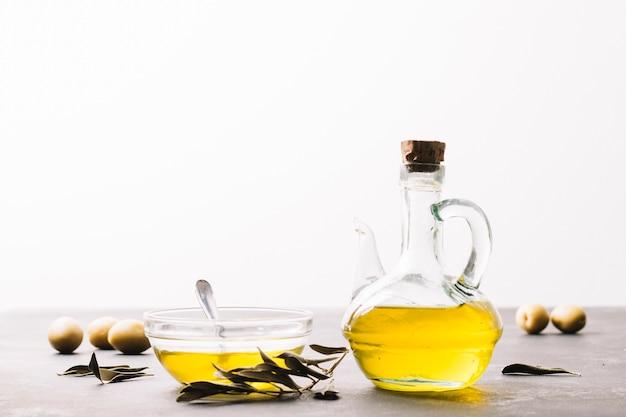 Botella de aceite de oliva brillante con espacio de copia