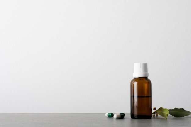Botella de aceite orgánico con cápsulas sobre la mesa