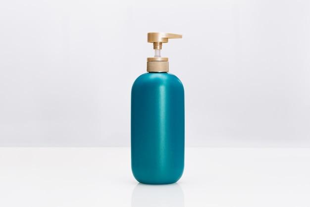 Botella del acondicionador del champú del pelo en el fondo blanco. concepto de belleza y cuidado del cuerpo