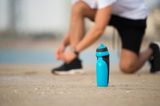 Botella agitador de fitness en el suelo