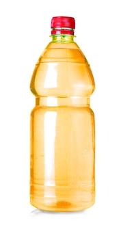 Botella de agua amarilla aislada en blanco con trazado de recorte