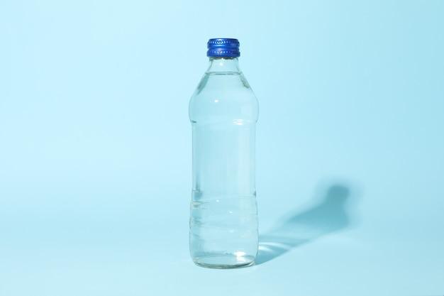 Botella con agua en azul, espacio para texto