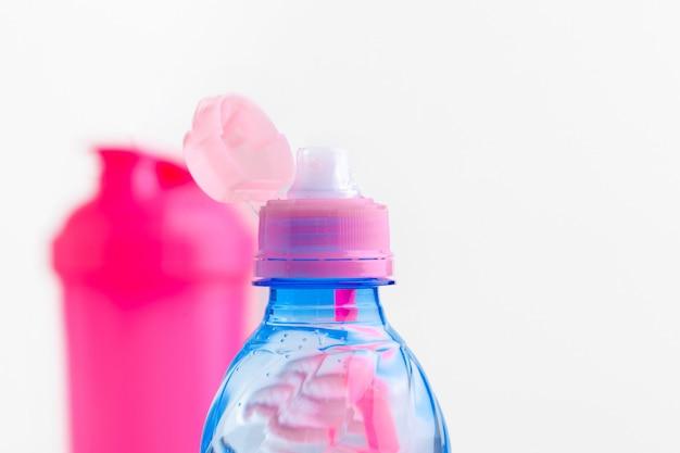Botella de agua y botella agitadora con proteínas. bebidas deportivas