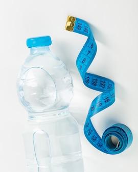 Botella de agua y centímetro azul
