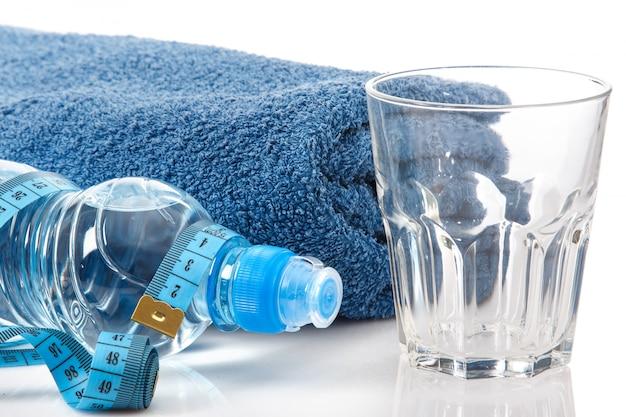 Botella de agua y cinta métrica