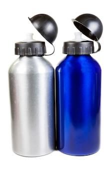 Botella de agua deportiva sobre un fondo blanco.