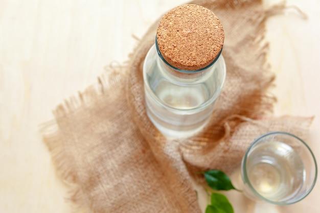 Botella con agua limpia